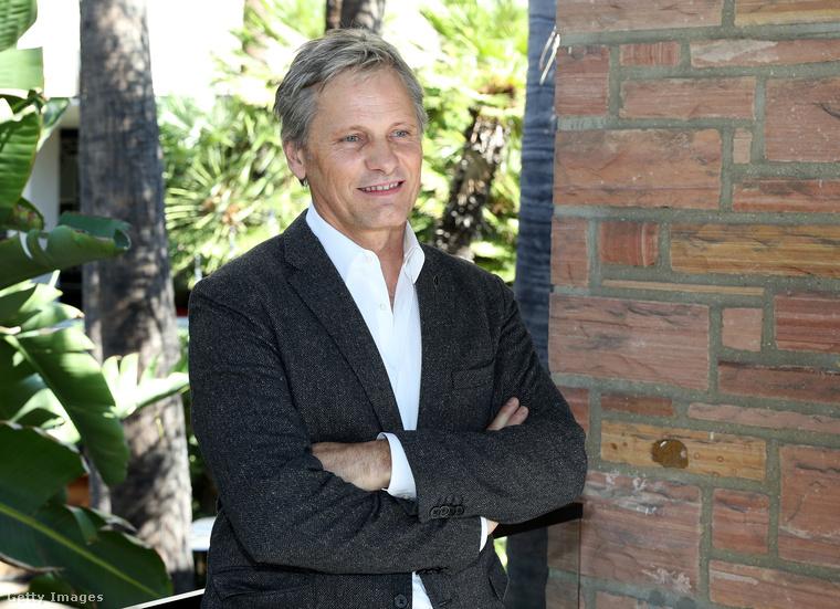 Azóta viszont sorban kapja a karizmatikus férfi főszerepeket.Mortensen 58 éves, idén is jött ki filmje.