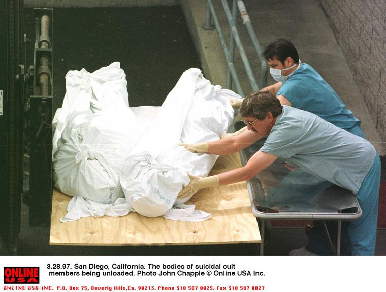 A képen az 1997-es öngyilkosság áldozatainak elszállítása látható.