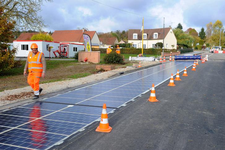 A napelemes útszakasz építése.