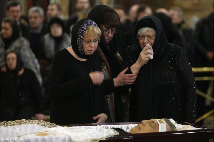 Andrej Karlov ankarai orosz nagykövet özvegye, Marina és édesanyja, Marija a diplomata gyászszertartásán a moszkvai Megváltó Krisztus-székesegyházban 2016. december 22-én.