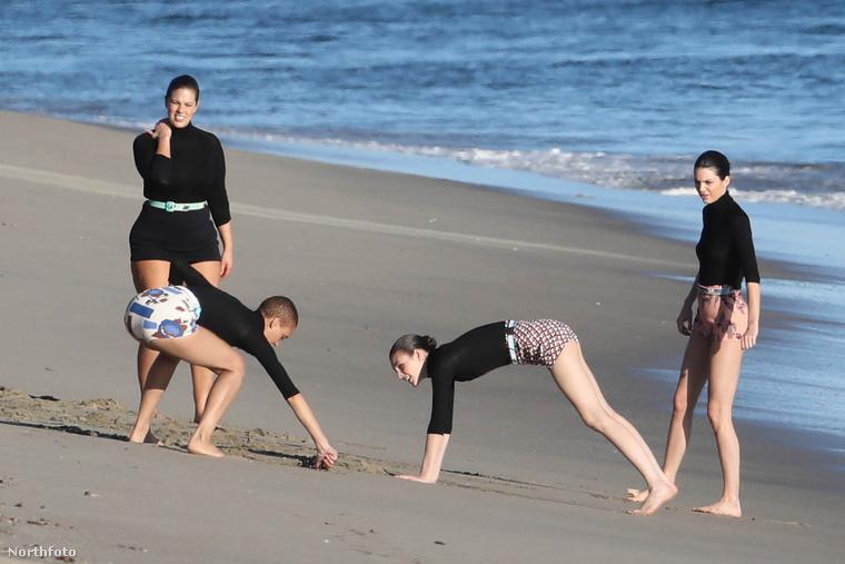 A lányok figyelmét a homokban rejlő lehetőségek sem kerülték el
