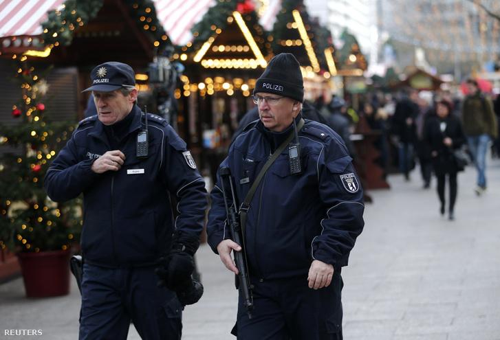 Egyelőre erősítik az utcán a rendőri jelenlétet