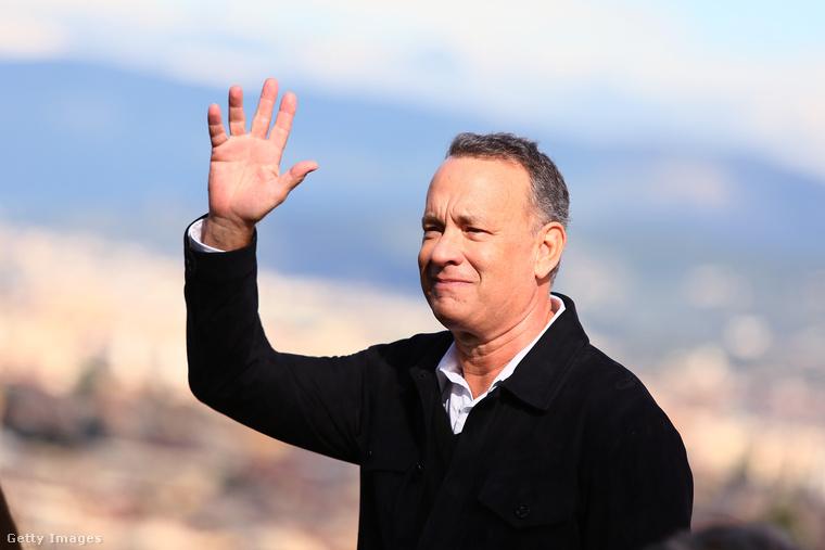 Tom Hanks törődik a rajongóival.