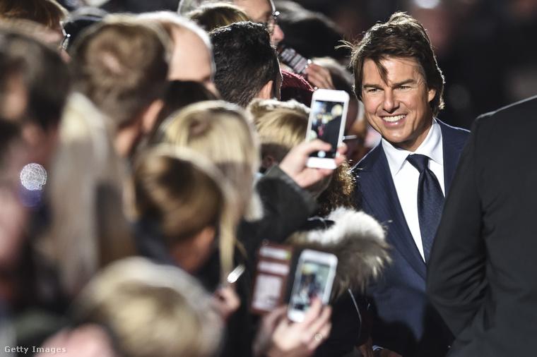 Tom Cruise azért lóg ki valamelyest a sorból, mert                          az estében nem feltétlenül vagyunk abban biztosak, hogy magától állt meg az öregedésben