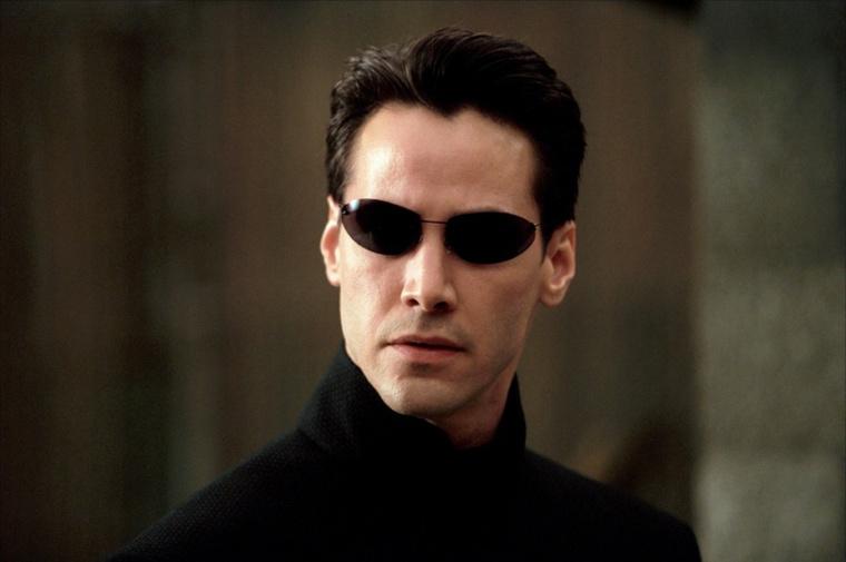 erről a tipikus fotóról, biztosan rájön, hogy Keanu Reeves-ről van szó, aki 1999-ben is már simán letagadhatott volna tíz évet.                         Akkor volt 35.