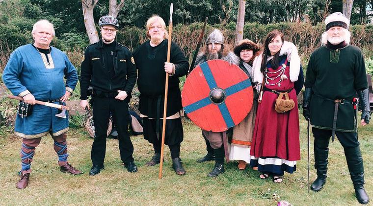 Indokolatlan viking jelmezekben is pózolnak olykor