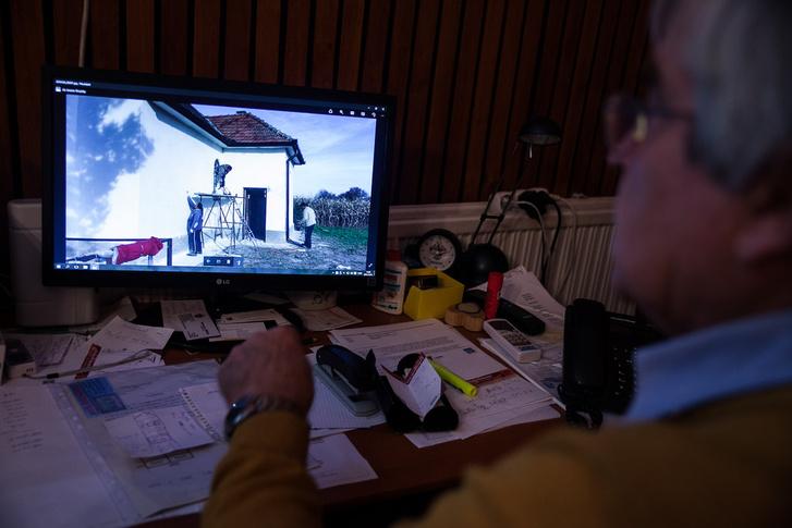 A polgármester mutatja számítógépén a munkálatokról készített képeit