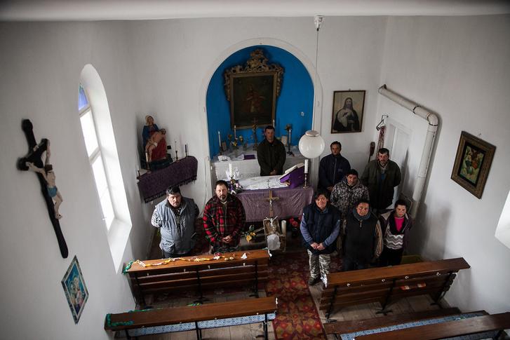 A brigád egy része az adventi készülődés idején a felújított kápolnában