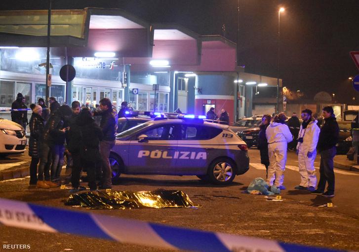 Anis Amri holtteste mellett helyszínelők dolgoznak Milánó külvárosában, 2016. december 23-án
