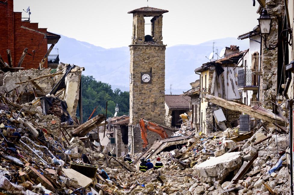 Szomorú kép egy földrengés-sújtotta hegyi faluból Olaszországban. Pont a legjellegzetesebb épület, egy órás harangtorony vészelte át viszonylag épségben a rengéseket. Szinte oda lehet köré képzelni az idilli olasz falu képét, aminek a helyén most méteres romok között dolgoznak a mentőcsapatok.                         Augusztus végén 6,2-es erősségű földrengés rázta meg                          Olaszország középső részét, összesen 292-en vesztették                          életüket Amatricében és a környező kisebb                          településeken. A fokozottan földrengésveszélyes                          területen 115 épület összeomlott. A pusztítást összesen                          900 utórengés követte. Olaszországban                          nemzeti gyásznapot hirdettek, világszerte pedig több                          száz étterem csatlakozott ahhoz a kezdeményezéshez, hogy                          az amatriciani szósszal készült tészták árából pénzt utaltak a                          földrengés áldozatainak.