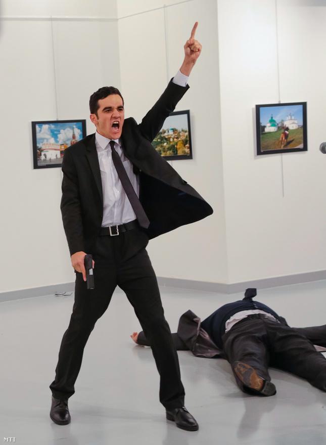 """Váratlan merénylet képei járták körbe a világot karácsony előtt. Egy fotókiállításra épp csak beugró fotós az első sorból nézhette végig, ahogy a biztonsági őrnek álcázott férfi meggyilkolja a törökországi orosz nagykövetet. Ezen az egészen egyedülálló képen keresztül a gyilkos szemébe nézhetünk, pillanatokkal az akció után.December 19-én hátbalőtték Oroszország ankarai nagykövetét, Andrej Karlov az """"Oroszország török szemmel"""" fotókiállítás megnyitóján tartott épp beszédet. A merénylő egy fiata, szolgálaton kívüli rendőr volt, aki többek között azt kiabálta: """"Ne feledjétek Aleppót! Ne feledjétek Szíriát! Amíg a városaink nincsenek biztonságban, addig ti sem lesztek!"""" Végül a galériát körülvevő rendőrségi kommandósok lőtték le, további három ember megsebesült. Vlagyimir Putyin bejelentette, hogy orosz nyomozók indulnak Moszkvából, hogy kiderítsék, ki felel a történtekért. Viszont a javuló orosz-török kapcsolatok aláásását célzó provokációnak provokációnak minősítette a támadást. A török kormány részéről nyilatkozók a júliusi puccskísérlet óta Erdogan főellenségének számító Fethullah Gülen hitszónok szervezetét sejtették a háttérben."""