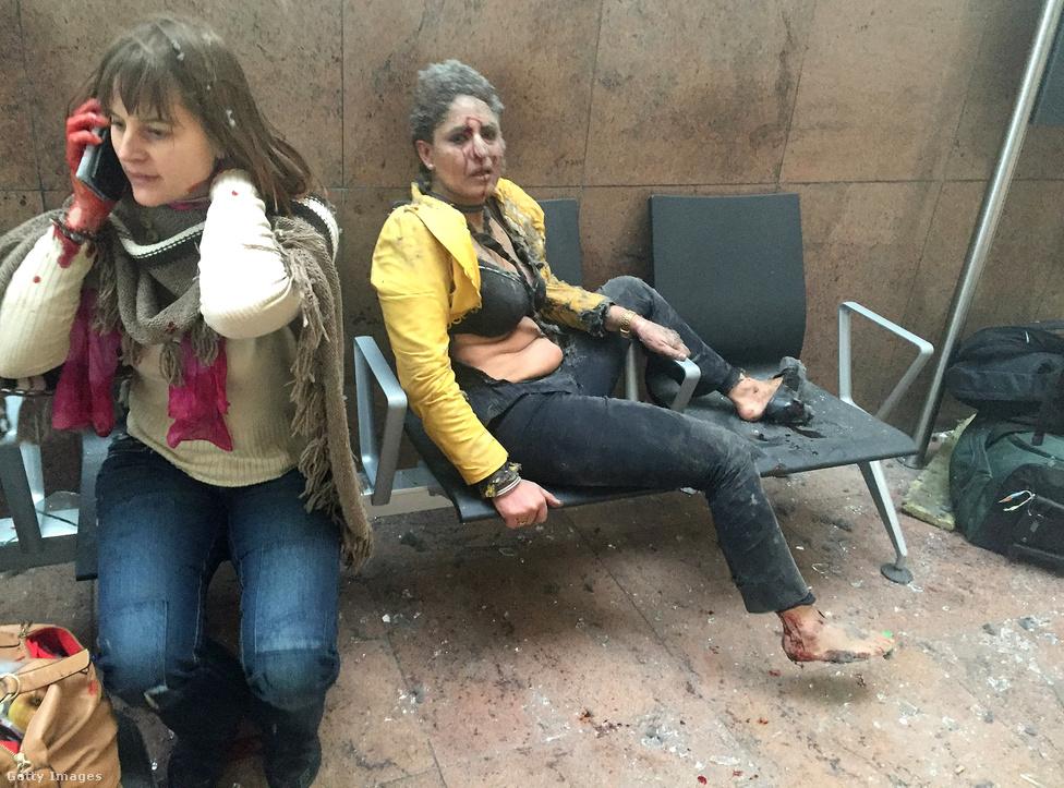 A brüsszeli reptéren történt terrortámadás egyik első fotója volt az év legerősebb képe. A robbantás egyik túlélője, a reptéren épp átutazó grúziai rádiós riporter fotózta mobiltelefonjával, pillanatokkal a robbantás után. Ketevan Kardava fotói azonnal körbejárták a világot a közösségi médiában, másnap pedig legnagyobb nyugati lapok is ezekkel a képekkel hozták címlapon a merényletet. Nem csak azért rendkívüli kép, mert az első fotó volt a helyszínről, hanem azért is, ahogy az apró részletei, a telefon, a telefonáló nő mozdulata, a másik nő szétszakadt ruhája és kettejük tekintete egy pillanatra összeállva nagyon beszédesen mutatják, hogyan fordul ki magából a kényelmes világunk egy terrortámadás után. Itt olvashatják a fotós beszámolóját a helyszínről.Március 22-én előbb a brüsszeli Zaventem reptéren, majd                          nem sokkal később a Maelbeek megállónál a metróban követtek el öngyilkos merényleteket.                          A terrortámadásokban 32-en meghaltak, 260-an                          megsebesültek. A reptéren két, a metróban egy terrorista                          halt meg. Nem sokkal a robbantások előtt a reptérről                          elmenekült egy kalapos merénylő, de Mohamed Abrinit                          később sikerült elfogniuk a hatóságoknak. A                          brüsszeli terroristák és a 2015. novemberi párizsi                          támadások elkövetőinek bonyolult kapcsolati hálóját itt rajzoltuk le                          átláthatóbb formában.