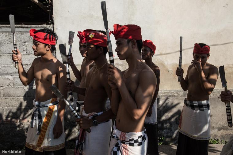 Ha ön volt már Balin, akkor talán tudja, hogy ott Indonéziában valami ilyesmi a népi viselet.