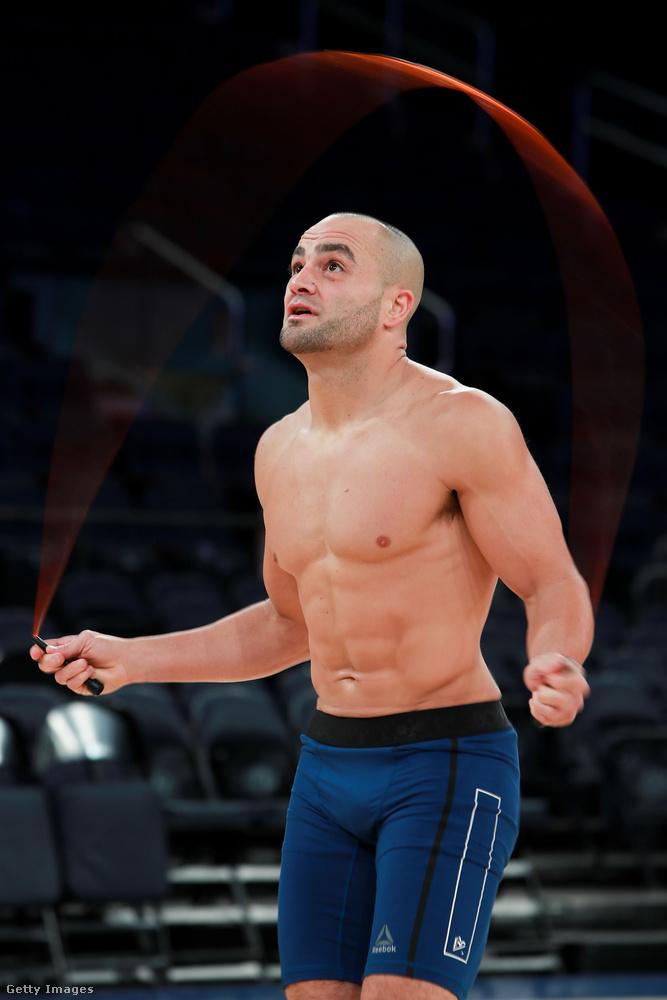 Ő Eddie Alvarez és nem profi kötélugráló, hanem ketrecharcos, csak így edz.