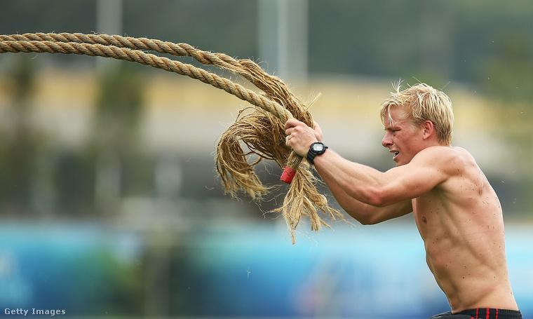 Isaac Heeney, az ausztrál futball sztárja egy edzésen hajókötelekkel acélosítja karjait és felsőtestét.