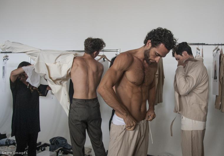 És még egy divathetes fotó, de ez most New Yorkból, a Deveaux nevű márka bemutatójáról, a színfalak mögül.