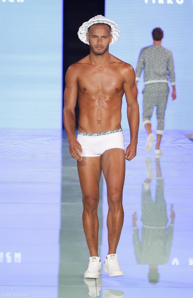 Yirko Sivirich tervezte a pár pici izét, amit ez a modell itt éppen bemutat Miami divathetének kellős közepén.