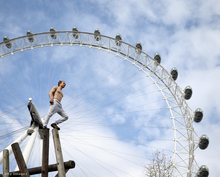 Ő viszont már Tim Shieff parkouros, és egy döbbenetes fotóhoz pózol éppen Londonban