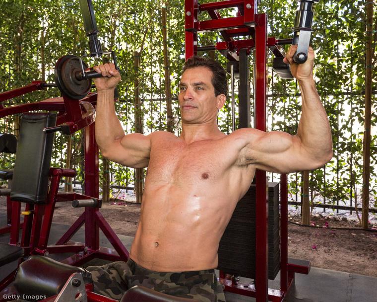 Ő Johnathon Schaech színész, és bevállalta, hogy hadd fotózzák edzés közben.