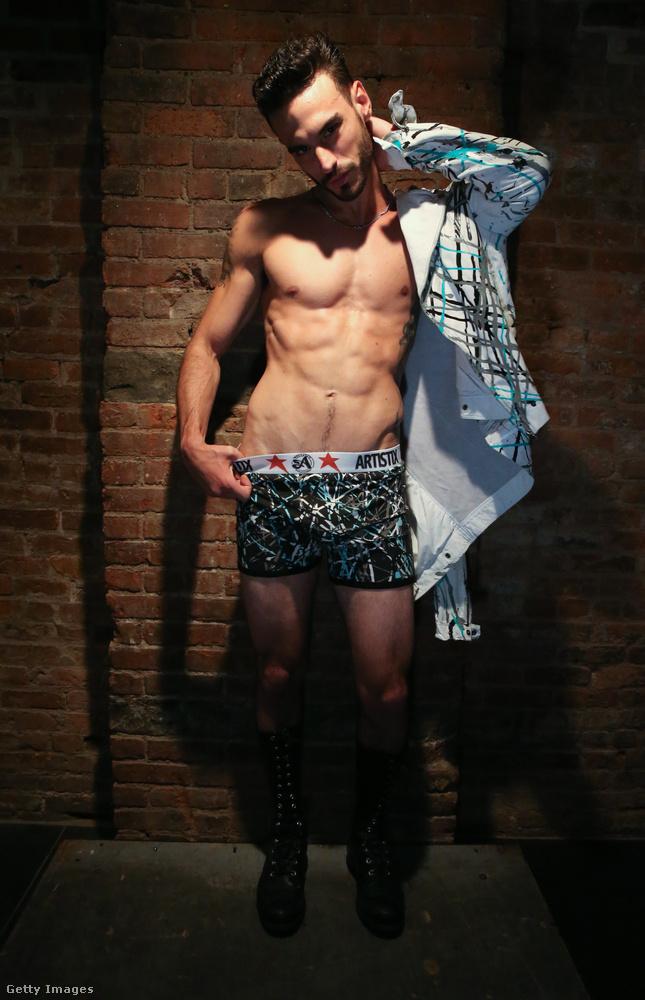 Ez a testzsírral szintén nem rendelkező modell az Artistix With Andy Hilfiger kollekcióját prezentálta így New Yorkban.