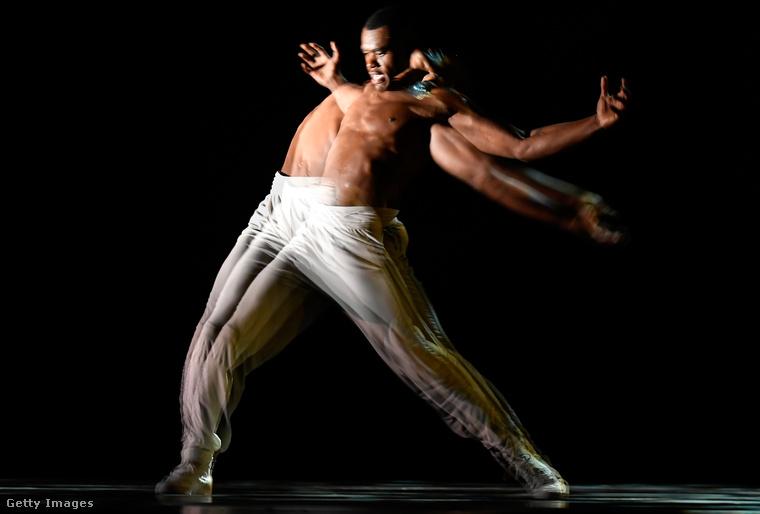 Ő a The Alvin Ailey American Dance Theater táncosa – a művészi előadáshoz művészi fotó illik.