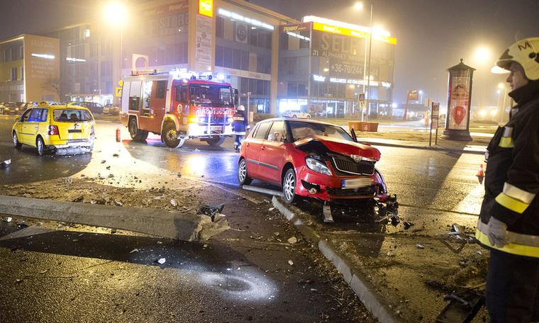 December 24-ére virradó éjjel összeütközött két autó a budapesti Pünkösdfürdő utca egyik kereszteződésében.