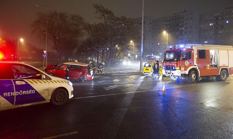 A baleset következtében a Skoda vezetője sérült meg.