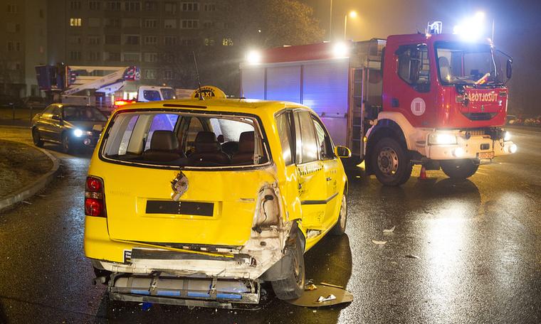 A taxi és a piros Skoda Fabia a Batthyány út és a Pünkösdfürdő kereszteződésében csapódott egymásba,