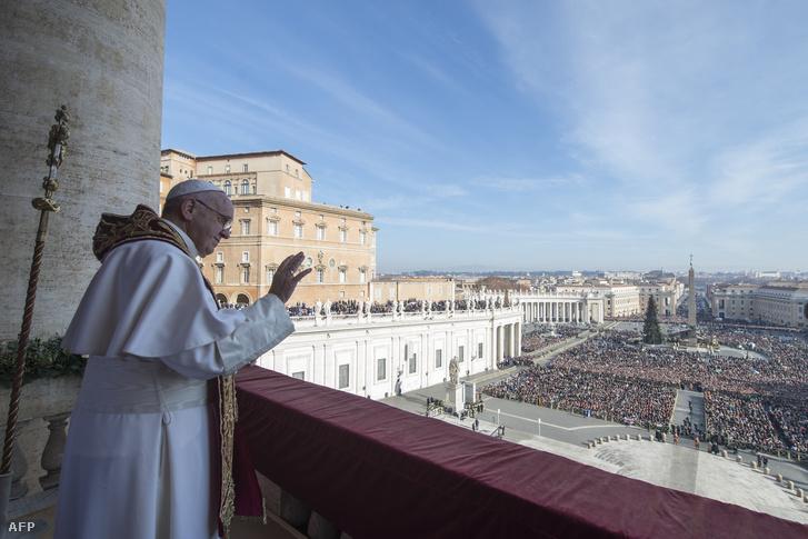 Ferenc pápa köszönti a híveket, mielőtt elmondja hagyományos karácsonyi Urbi et Orbi (a városnak és a világnak) szóló üzenetét.