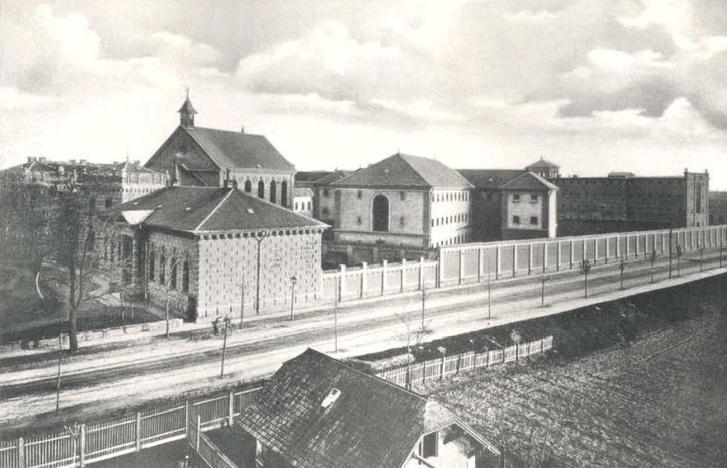 A börtön az egykori templommal az Újhegyi út felől