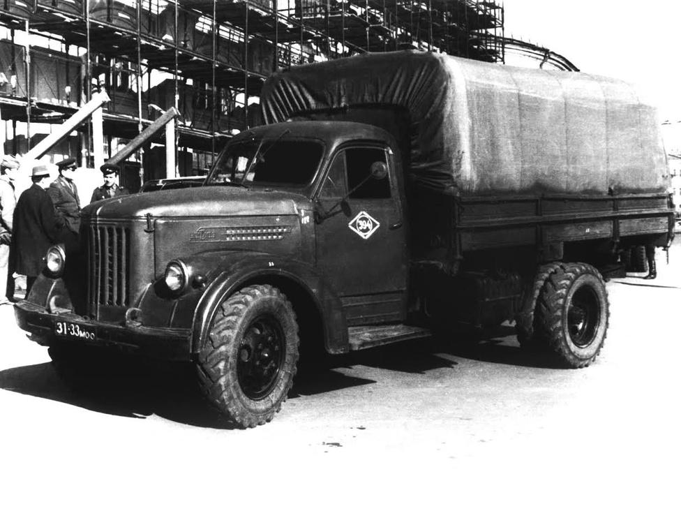 Mivel a sima 355-ös alváza és futóműve gyengének bizonyult, 1957-ben úgy döntött a gyár vezetése, modernizálják az URALZISZ 355-öst, aminek a típusjelzése így 355M-re változott. Ebből a típusból 192 ezer készült a gyártás nyolc éve alatt. A 355-ösök annyira beváltak, hogy néhány példány a mai napig használatban van Oroszországban. Az 1957-es évben a gyárat újra átnevezték, az új név URALAZ lett.