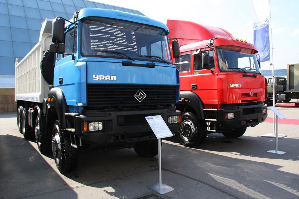 A 90-es évek elejére sok orosz gyárhoz hasonlóan az Ural is csődközelbe került. Rontott a helyzeten, hogy egyre-másra jelentek meg Oroszországban a nyugati teherautógyártók képviseletei. Ezért az Ural az olasz Ivecóval kezdett együttműködést, 1992-ben egy korszerű 330 lóerős teherautó-motor liszenszét vásárolták meg az oroszok, majd 1995-ben az Iveco Eurotrakker fülkéjének gyártósorát.