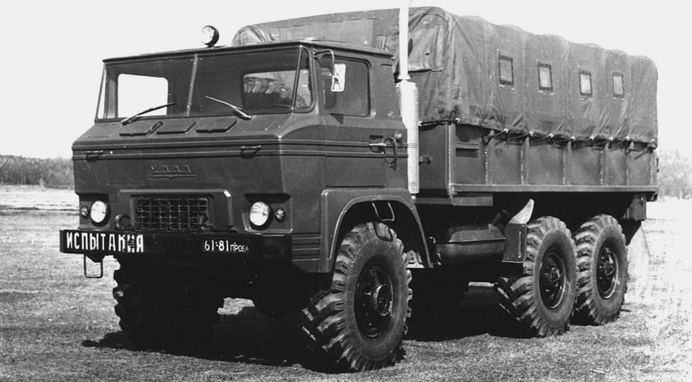 A NAMI és az Ural mérnökeinek köszönhetően több érdekes jármű is készült a 375-ös alapjaira. Ilyen volt például az 1969-es, buldogfülkés Ural 379. A jármű alváza és motorja ugyanaz volt, mint a 375-ösé, viszont a fülke bizonyos elemei műanyagból készültek, valamint a jármű elejében elhelyeztek egy öttonnás csörlőt is. Az előremutató járműből 1969 és 1974 között alig néhány tucat készült.