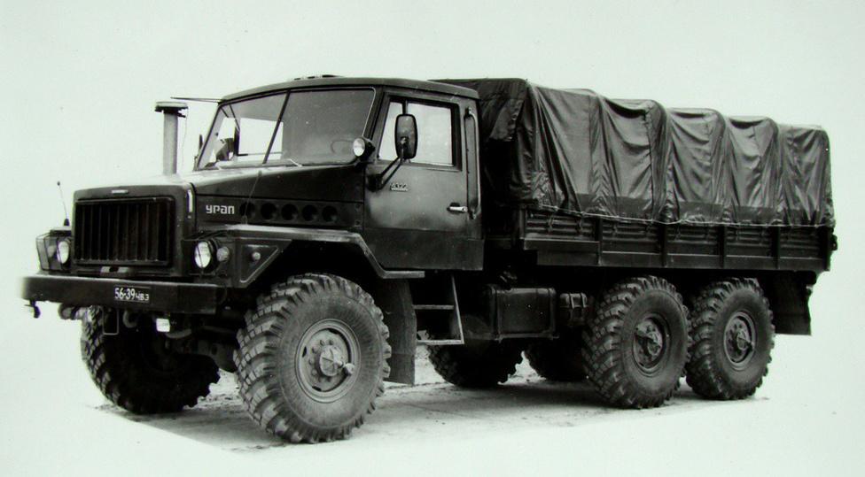 A szovjet teherautógyárak gyártmányainak egységesítése a 70-es évek végén is prioritást élvezett. Ezért a már nagy sorozatban gyártott KAMAZ teherautók részegységeit felhasználva, 1976-ra készült el az Ural 4322. Az alváz továbbra is maradt a 375-ösé, de a motort a 210 lóerős JaMZ-ra cserélték, és megkapta a KAMAZ fülkéjét. A csőrös kialakításról később letettek a szovjet mérnökök, így a 4322-as buldogfülkét kapott, egy az egyben a KAMAZ-ét, ez lett az 5322-es. A két típus különböző változatait egészen 1994-ig gyártották, mégsem maradt fenn belőlük túl sok az utókornak.