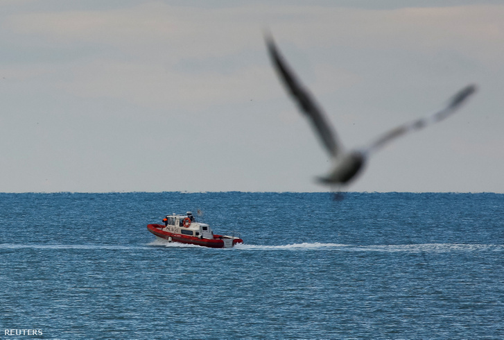 Orosz mentőegység a Fekete-tengeren, a feltételezett becsapódás közelében.