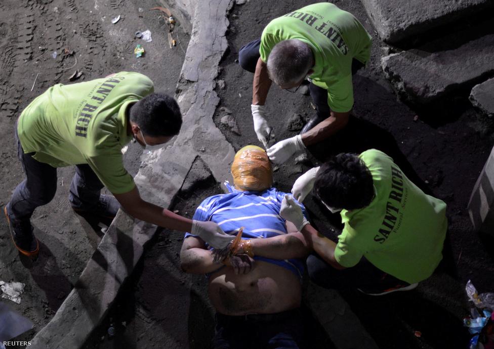 A Fülöp-szigeteken mindennapos dolog lett gyilkosságokat fotózni. A megkötözött, lefóliázott áldozatokról napról napra érkeznek képek az országból, ahol ez lett az új normális. Érdemes végignézni a New York Times tudósítójának anyagát, aki egymaga 57 helyszínt járt körbe szűk egy hónap alatt. Példátlan az az erőszaksorozat, ami a Fülöp-szigeteken indult meg idén, ezek a képek pedig kitörölhetetlen emlékei maradnak.Rodrigo Duterte Davao                          polgármestereként lett ismert, és a drogellenes harc                          eredményeivel kampányolva sikerült populista                          politikával, nagy fölénnyel megnyernie az                          elnökválasztást. Mióta a                          gyilkosságokkal is büszkélkedő Duterte hatalomra                          került, a drogellenes háborújában fél év alatt több mint                          5900-an haltak meg - többségében azonban nem a                          drogbárókat, hanem egyszerű drogfogyasztókat, vagy                          kisebb dílereket öltek meg. Azonban csak 2086 embert                          öltek meg civil szervezetek által többször is gyanúsnak                          nevezett rendőrségi akciókban, viszont 3841 emberrel                          önbíráskodás keretében végeztek. Ezt a véres drogellenes                          harcot bírálta Barack Obama amerikai elnök kormányzata,                          akit Duterte csak simán elküldött a pokolba. Szerinte Donald Trump                          viszont áldását adta a keménykezű, a jogrendet sok                          esetben kiiktató megoldásokra. Hatalomra kerülése óta                          elég nagy fordulatot vett a korábbi amerikai gyarmatból                          lett amerikai szövetséges külpolitikája. A magát                          Hitlerhez is hasonlító Duterte ugyanis Kína és                          Oroszország karjaiba tart, Obama mellett pedig az EU-nak                          is megüzen