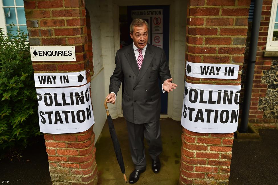 Nigel Farage elhagyja a szavazóhelyet, miután leadta szavaztát a Brexitről szóló népszavazáson. Farage hihetetlenül karakteres figura, a fotósok szinte mindig csak az arcára és a mimikájára koncentráltak a sajtóeseményein, ez a teljes alakos kép viszont telitalálat. Az esernyő ezzel az elkapott mozdulattal teljesen olyan, mintha egy jó nagy lépésre készülne a hülye lépések minisztériuma következő jelenetében. Azt pedig már tudjuk, mi lett a népszavazás végeredménye.David Cameron brit kormányfő már előre megígérte, hogy                          ha 2015-ben nyer a választásokon, népszavazást ír ki az                          EU-tagságról, viszont megfelelő feltételek kiharcolása                          esetén kampányolni fog a bent maradás mellett. Azonban                          Cameron pártját megosztotta a kérdés, és a kilépést                          szorgalmazta Boris Johnson londoni polgármester,                          valamint a UKIP-et vezető Nigel Farage is. A június 23-                         án tartott népszavazáson a britek 52 százaléka úgy                          döntött, Nagy-Britannia lépjen ki az EU-ból. Ennek                          a fő oka az volt, hogy a lecsúszó társadalmi rétegek a                          nem szavazattal mutatták ki elégedetlenségüket az                          elittel szemben. A brexit mellett kampányoló vezető                          politikusok elkezdtek menekülni a süllyedő hajóról,                          lemondott például pártvezetői posztjáról Farage is.                                                  A távozó Cameron utódja a korábbi belügyminiszter,                          Theresa May lett. A Margaret Thatcher után a                          második női brit miniszterelnök megerősítette, hogy                          kilépnek, és az EU-s vezetők is ezt                          sürgetik, de a folyamat még évekbe telhet. A                          brexit-népszavazás miatt viszont a skótok egy újabb           