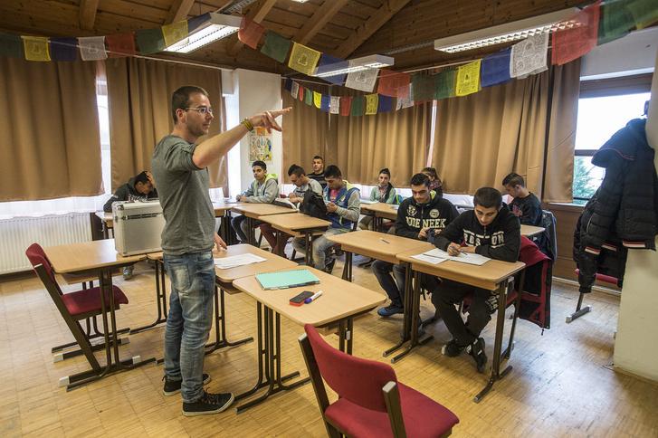 Sinkovics Ádám, a Tan Kapuja magyar tanára irodalom órát tart a 11. osztályban