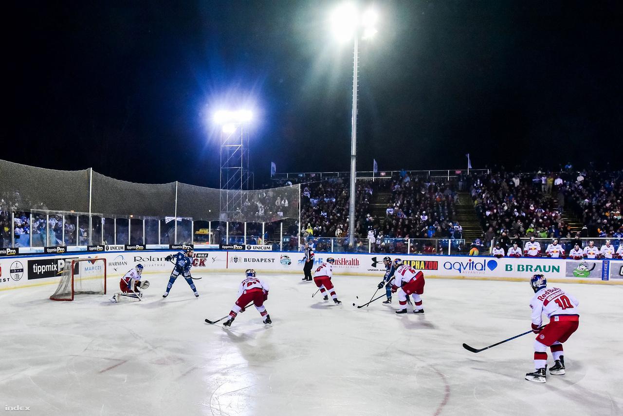 A Winter Classicon 4200 ember nézhette, ahogy a tabella 9. helyén álló Fehérvár AV19 játszik a dobogós helyen álló Red Bull Salzburggal. A két csapat közti rivalizálás elég erősnek mondható, a sokszor kirakat csapatként aposztrófált, kanadai légiósokkal teletűzdelt osztrákok ellen mindig paprikás hangulatúak a mérkőzések. A szabadtéri élmény az osztrákok érdeklődését is felkeltette amúgy, szép számú vendég drukker érkezett Budapestre.