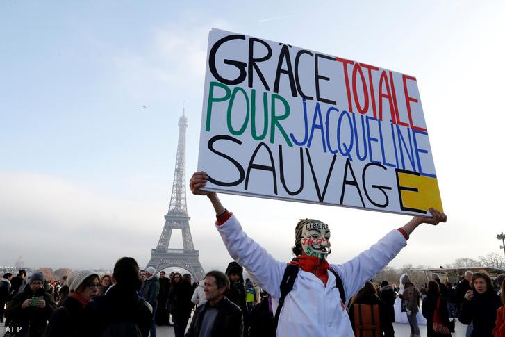 Sauvage melletti szimpátiatüntetés Párizsban, 2016. december 10-én.