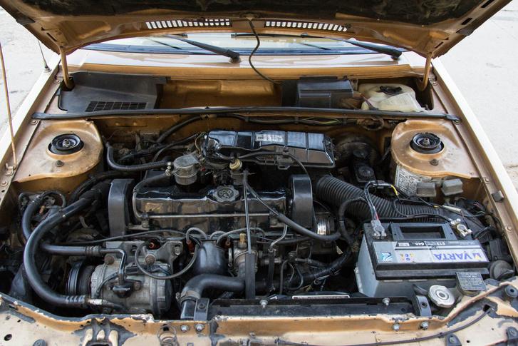 Európában teljesen értelmezhetetlen látvány volt egy ekkora autóban egy 2,2-es motor, a klíma kompresszorát kevesen ismerték volna fel  - nagyobb autókban is különleges luxusnak számított akkoriban