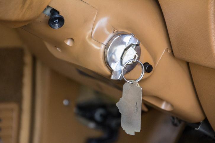 Tipikusan amerikai-autós a gyújtáskapcsoló, és az is, hogy a kormányoszlopra került a kihúzós vészvillogó-kapcsoló