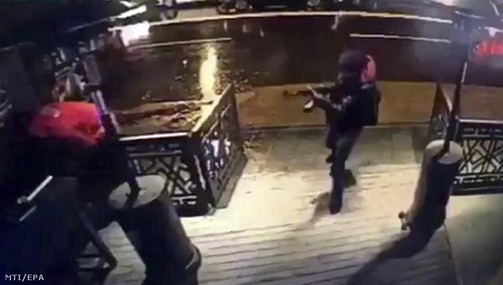 Fegyveres támadó érkezik az isztambuli Reina klubba a 2017. január 1-jére virradó éjjel.
