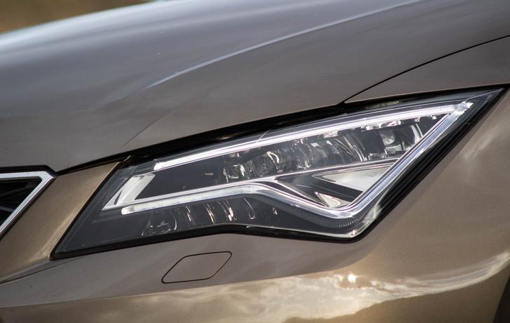 Hatékony LED-es fényszóró érdekes formájú menetfénnyel