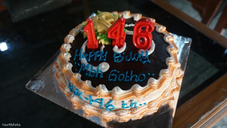 Akkora torta talán nincs is, amin elférne 146 gyertya, ezért a rokonság három számjeggyel jelezte tekintélyt parancsoló életkorát.