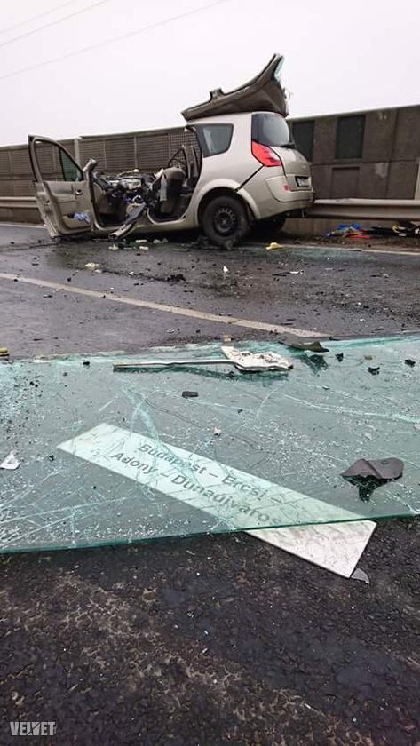 Az autóbusz szélvédője kirepült a helyéről, még a viszonylatjelző tábla is kiesett a helyről