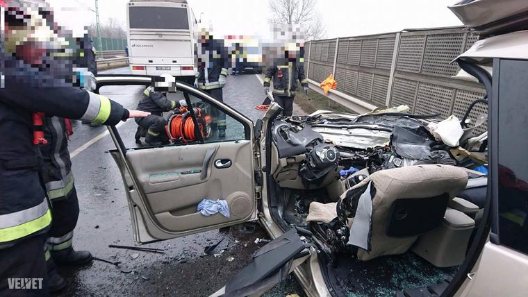 A balesethez a főváros hivatásos tűzoltóit riasztották, akik áramtalanították a járműveket, majd feszítővágó berendezés segítségével megkezdték a gépkocsiba szorult sérült kiszabadítását.