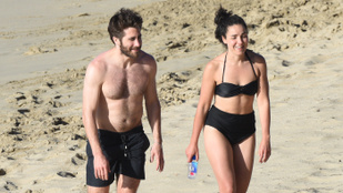 Jake Gyllenhaalnak lett egy kis hasa