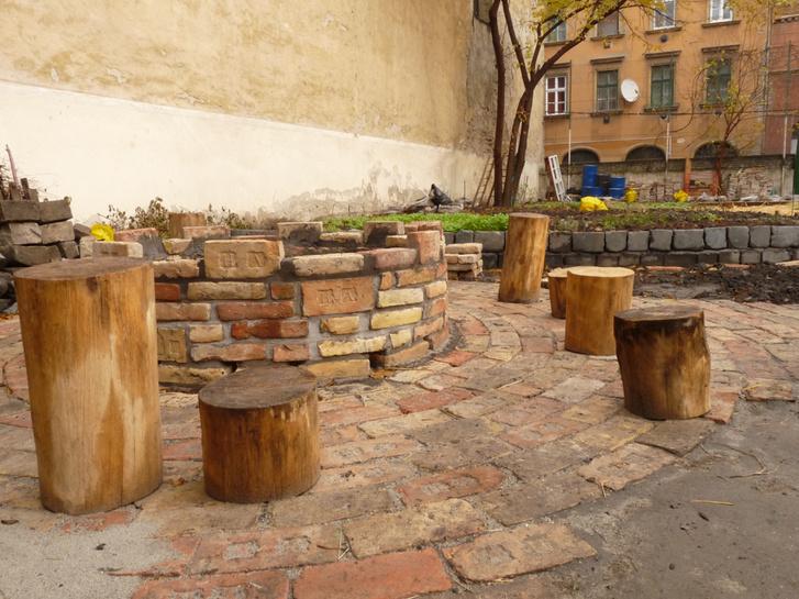 A közösségi kert 170 éves téglákból rakott tűzrakóhelye