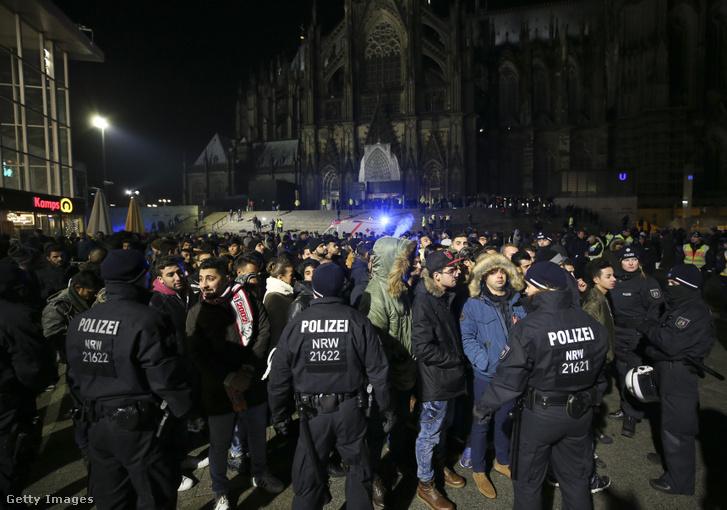 Észak-Afrikából érkező embereket ellenőriznek német rendőrök a kölni főpályaudvarnál szilveszter este